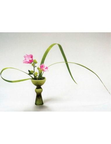 Kukka-asetelma vihreässä maljakossa