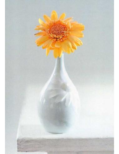 Kukka-asetelma pöydän kulmalla