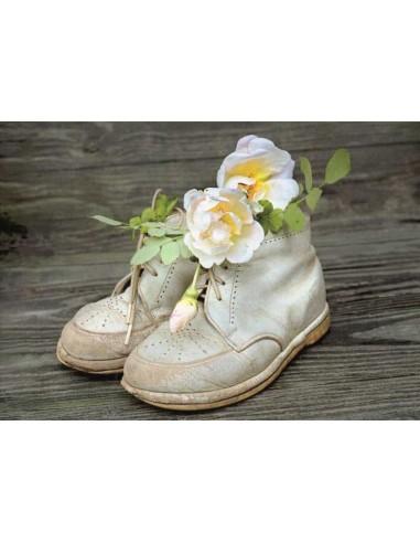 Valkoiset kengät ja kukat